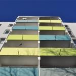 Grün und blau bemalte Balkone
