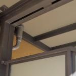 Gelbes Haus mit Balkonen aus Metall