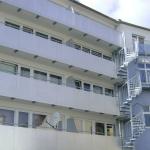 Gebäude mit Balkonen und einer Wendeltreppe aus Metall