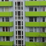 Gebäude mit grünen Balkonen