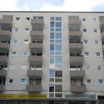 Weißes Gebäude mit Balkonen