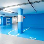 Tiefgarage mit blauen Wänden